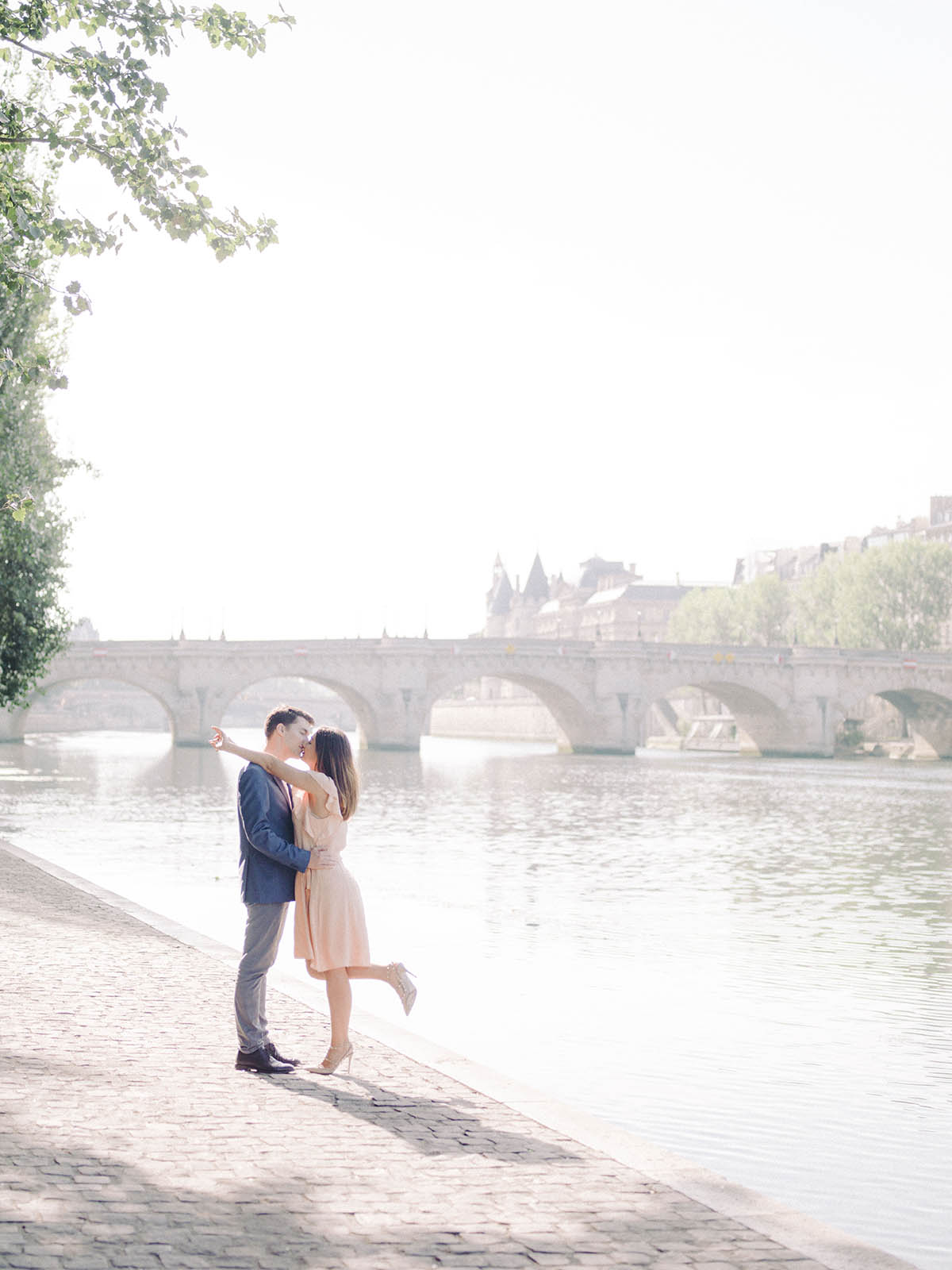 the bride and groom take themselves in the arms on the quays of Seine of Paris
