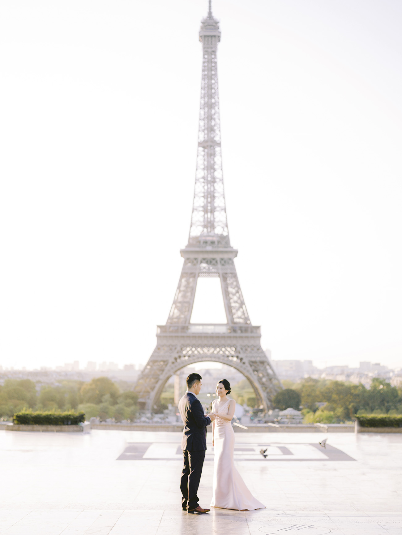 For their pre wedding paris the couple had a session on the place du tracadero facing the Eiffel Tower